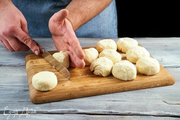 Разделите творожную массу на равные части. Сформируйте сырники. Каждый сырник обваляйте в муке.