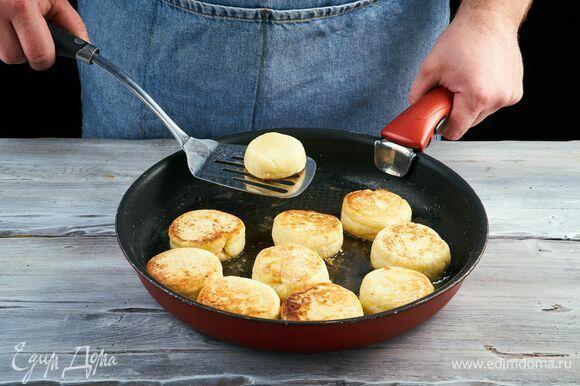 Обжарьте на сковороде с растительным маслом на среднем огне до румяности с двух сторон.