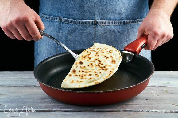 Разогрейте сковороду, обжаривайте кутабы на сильном огне без масла с обеих сторон до легкой золотистости.