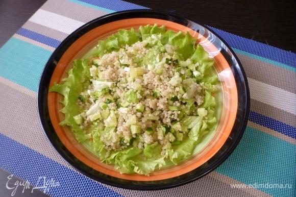 На сервировочную тарелку положить лист салата для красоты и сверху выложить киноа с зеленью. Полить соком лимона и посолить.