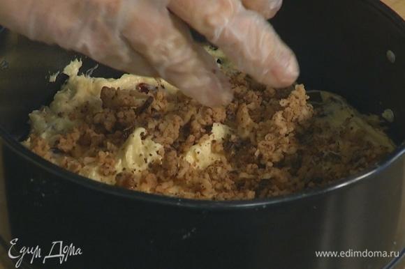 Разъемную форму застелить бумагой для выпечки, равномерно выложить половину теста и посыпать его натертым марципаном, затем выложить оставшееся тесто и разровнять его.