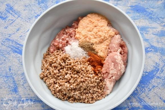 Соединить вместе фарш, овощи, гречневую крупу, соль и специи. Хорошо перемешать.