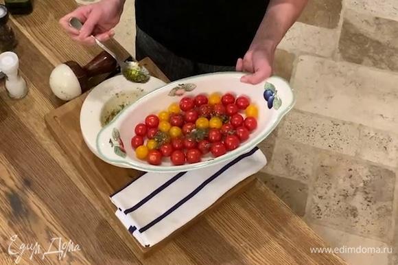 Помидоры выложить в форму для запекания, полить чесночной заправкой и отправить в разогретую духовку на 8–10 минут, затем полностью остудить.