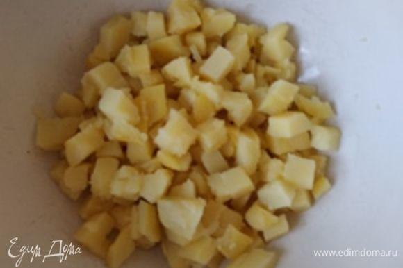 Картофель отварить в мундире, остудить и очистить. Отварить яйца.