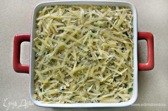 Посыпьте сверху оставшимся сыром. Готовьте запеканку в разогретой до 180°C духовке около 45 мин. За несколько минут до конца приготовления посыпьте запеканку миндальными лепестками.