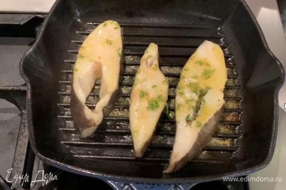 Замаринованную рыбу пожарить с двух сторон на сковороде-гриль до готовности, затем переложить на тарелку, сверху разложить небольшие кусочки ароматного сливочного масла.