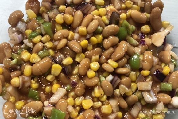 Нарезаем чеснок, болгарский перец, 1 белый лук, половину красного лука. Добавляем консервированную фасоль, кукурузу, заливаем заправкой. На этом этапе также можете экспериментировать с овощами.