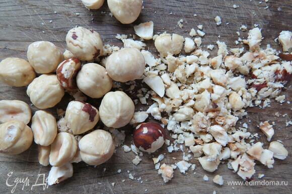 Орехи подсушить в духовке до золотистого цвета при 160°C около 10–15 минут, измельчить ножом.