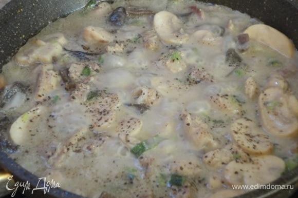 Влить сливки, приправить солью, перцем и тимьяном. Довести до кипения, убавить нагрев, накрыть крышкой и потомить 10 минут.
