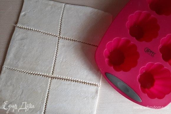 Тесто слоеное дрожжевое раскатать слегка, нарезать на 6 квадратиков.