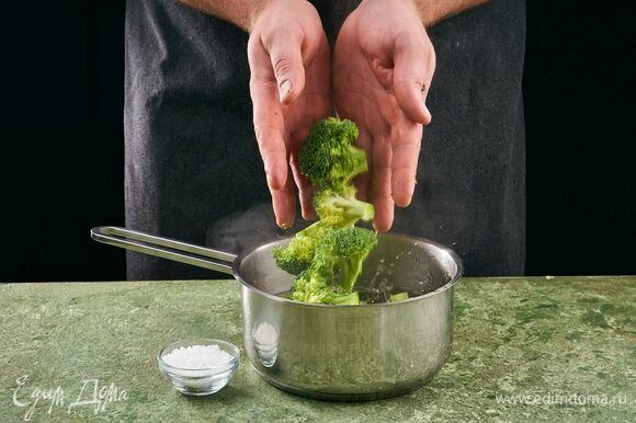 Брокколи разделите на соцветия. Отварите в кипящей подсоленной воде в течение 3 минут, откиньте на дуршлаг.