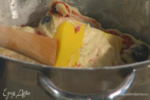 Вмешать в тесто по 120 г малины и голубики.