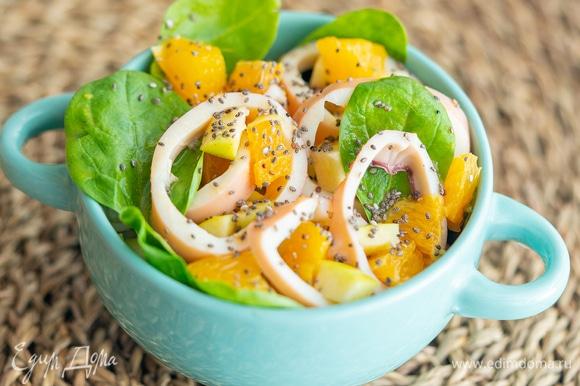 Сверху сбрызните апельсиновым соком и добавьте семена чиа.