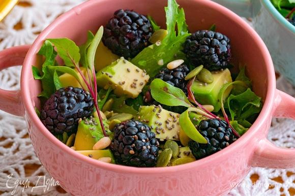 Сверху положите микрозелень. Вкусный и полезный салат готов!