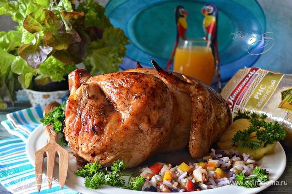 Готовую курицу достаньте из духовки, прикройте фольгой и дайте отдохнуть ей в течение 15 минут. Подавайте вместе с начинкой, которая во время приготовления впитала в себя все вкусы и ароматы курочки.