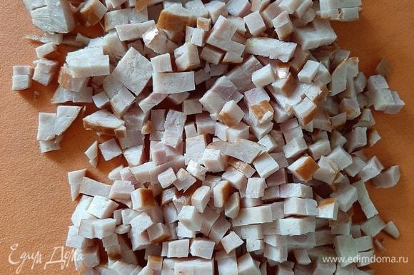 Вареную колбасу (у меня был варено-копченый куриный рулет) нарезать небольшими кубиками.
