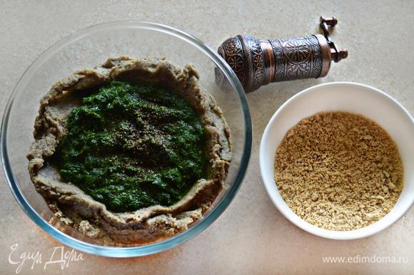 Остывший маш измельчите с помощью блендера, немного доливая отвар (2–3 ст. л.) для регулировки густоты. Затем добавьте оливковое масло, измельченную зелень, соль, перец по вкусу и измельченные семечки. Хорошо перемешайте, попробуйте на вкус. Добавьте при необходимости немного отвара от маша и сок второй половинки лимона, ориентируйтесь на свой вкус.