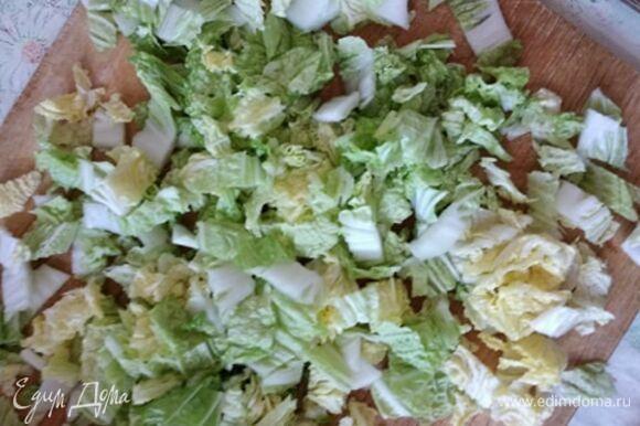 Мелко нашинковать верхнюю часть кочана пекинской капусты.