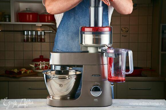 Установите на кухонную машину KENWOOD насадку-соковыжималку и выдавите сок из моркови, свеклы и яблок.