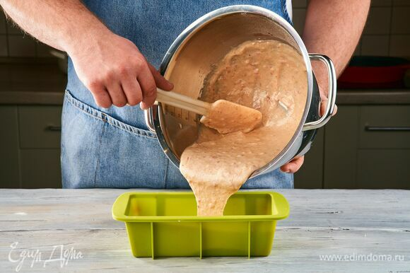 Выложите тесто в форму для запекания. Выпекайте в духовке, разогретой до 180 °C, около 50 минут. Готовность кекса проверяйте зубочисткой.