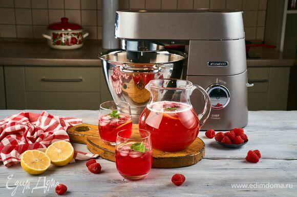 Подавайте лимонад с ягодами и кубиками льда.