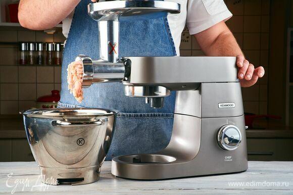 Пропустите индейку с хлебом 2–3 раза через мясорубку, установленную на кухонной машине KENWOOD. Масса должна быть очень мягкой, почти пюреообрзаной.
