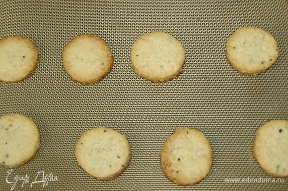 Выпекаем 12–15 минут до золотистого цвета. Достать готовое печенье. Оставить на противне на 5 минут.
