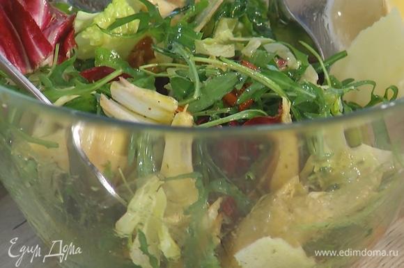Сыр тонко нарезать в салат при помощи овощечистки, все перемешать.