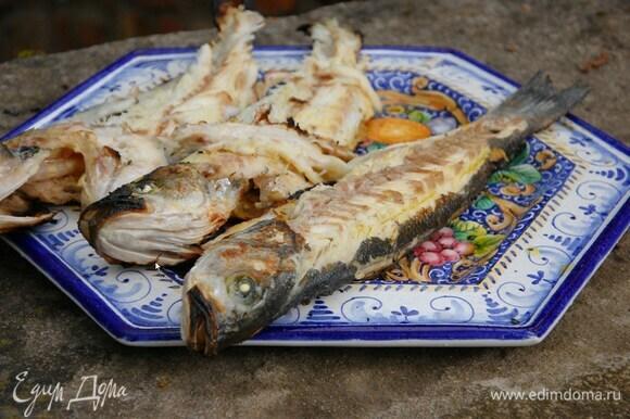 Готовую рыбу переложить на блюдо и сбрызнуть оставшимся оливковым маслом.