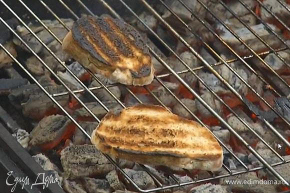 Хлеб обжаривать на гриле до появления румяных полосок.