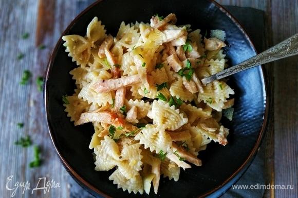 Сразу подавайте пасту, сверху посыпьте сыром и свежей петрушкой. Приятного аппетита.