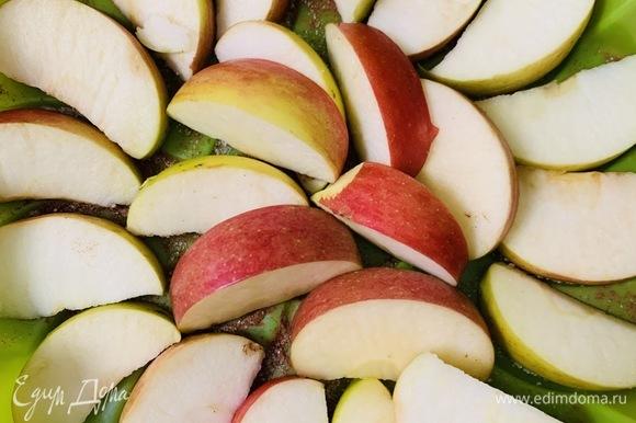 Выкладываем на сахар половину из нарезанных на дольки яблок.