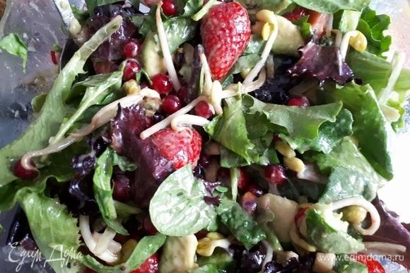 Для салата нарежьте крупно клубнику и шпинат, обжарьте фисташки и перемешайте все ингредиенты. Слегка посолите.