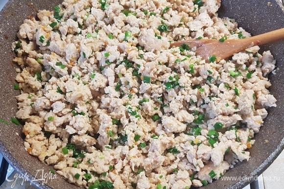 Для начинки обжарить куриный фарш вместе с морковью и луком до готовности. Посолить и поперчить по вкусу. От себя добавила зеленый лук.