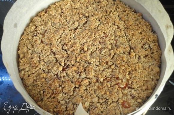 Сверху насыпьте оставшуюся маслянистую крошку, смешанную с измельченными орехами. Выпекайте 40–45 минут. Красивый верх с трещинками.