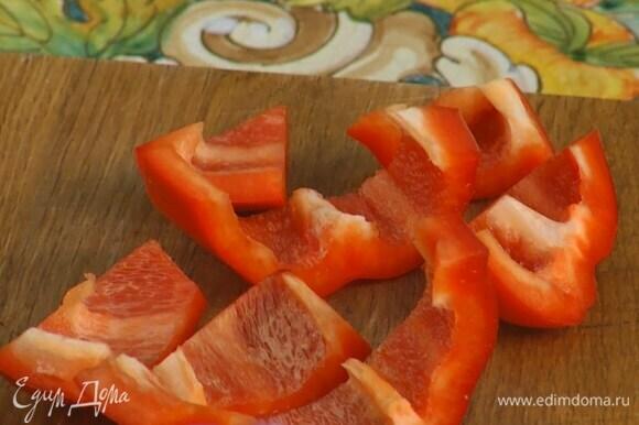 Сладкий перец, удалив плодоножку с семенами, нарезать крупными кусками.