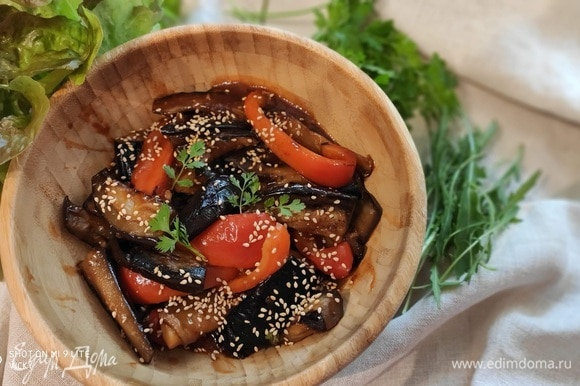 Баклажаны подавать в горячем виде, посыпав кунжутом и кинзой. Говорят, что блюдо хорошо как в горячем, так и в холодном виде. Его можно подавать в качестве гарнира к мясу или рыбе, а также в качестве основного, с рисом, например.