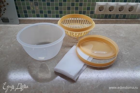 Для приготовления сыра я использовала форму известного бренда, она очень удобная, но аналог можно соорудить и из подручных предметов, которые найдутся у каждой хозяйки. Вам понадобятся миска, дуршлаг или сито, марля в несколько слоев/вафельное полотенце/нетканое полотно/хлопчатобумажная ткань (или/или). Сметану и кефир я беру самые жирные, что продаются в наших магазинах, мне кажется, так вкуснее. Полагаю, можно купить и менее жирные, но, какой сыр получится на вкус и по консистенции, я не могу сказать. Объем исходных продуктов также можно взять любой, соотношение 50 на 50 (+/-). Читала, что некоторые хозяйки готовят домашний йогурт и его используют для приготовления этого сыра. Думаю, в целом идея ясна.