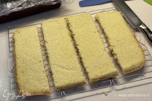 Теперь нужно разделить его на равное количество частей (зависит от того, в чем вы будете собирать торт). Я разделила на четыре прямоугольника.