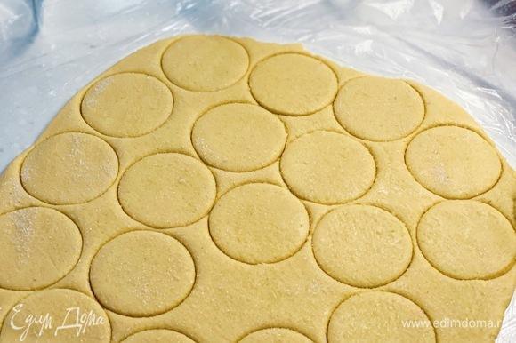 Вырезать формочкой печенье. Посыпать сахаром. Выпекать при 180 °С 15–20 минут.