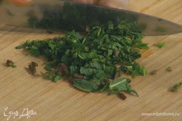 Мяту мелко порубить, посыпать кабачки, все посолить и поперчить, затем влить тесто.