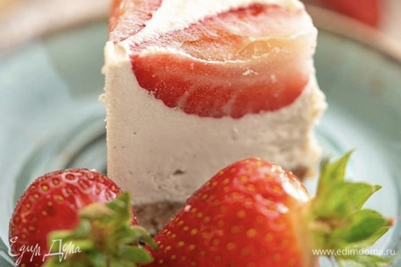Достаем торт из холодильника за 15–20 минут перед подачей, разрезаем нагретым под горячей водой и вытертым насухо ножом и наслаждаемся.
