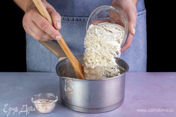 В кипящую жидкость всыпьте муку. Тщательно перемешивайте массу в течение 3 минут, пока тесто будет завариваться. Выключите плиту.