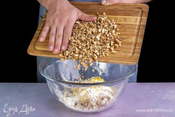 Всыпьте измельченные вручную грецкие орехи. Активно вымешивайте до образования однородной массы. Начинка готова. На подрумянившийся корж выложите начинку. Выпекайте тарт 40 минут при 180 °С.