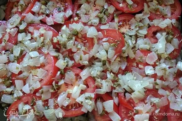 Поверх помидоров выложить пассерованный лук. Накрыть форму фольгой. Предварительно разогреть духовку до 200°C. Поместить форму в духовку на 15 минут. Снять фольгу и запекать еще минут 10. Сочная ароматная рыбка готова. Подавать с картофелем или другим гарниром. Приятного аппетита!