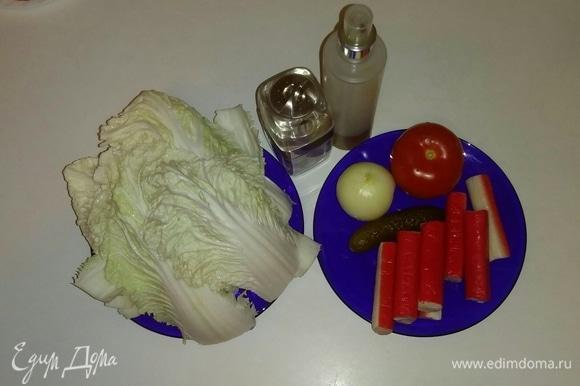 Вот все необходимые ингредиенты для приготовления салата. Крабовые палочки предварительно нужно разморозить.