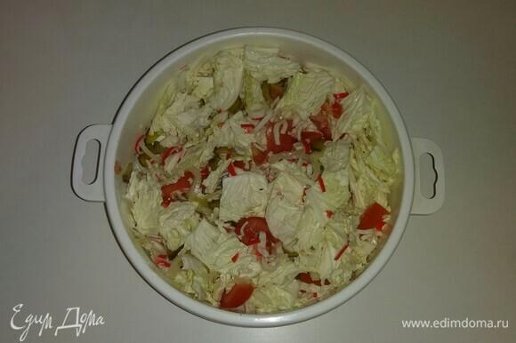 Соединяем все ингредиенты в глубокой емкости, солим, перчим, добавляем оливковое масло. Все перемешиваем и ставим на 15 минут в холодильник. Салат готов. Приятного аппетита!