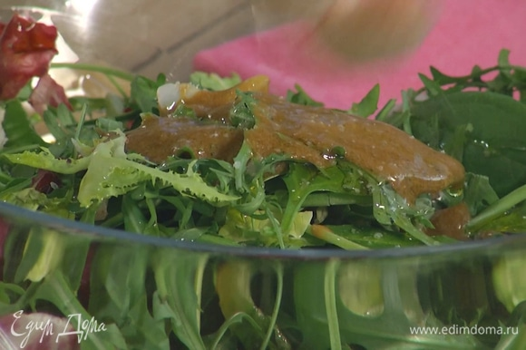 Салатный микс полить заправкой и оставшимся оливковым маслом, посолить, поперчить и перемешать.