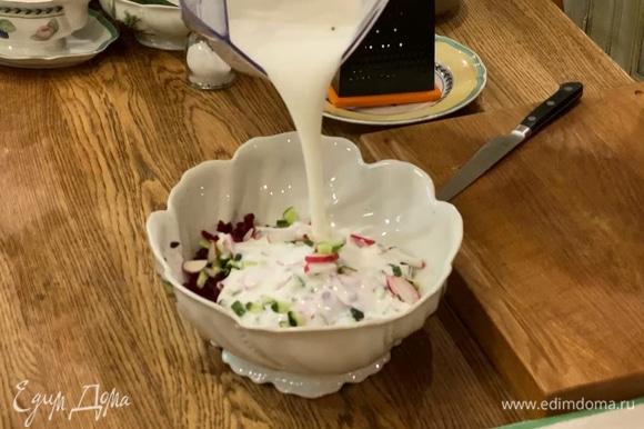 В глубокой миске соединить свеклу с огурцами и редисом, посолить, влить кефир и холодную кипяченую воду, все перемешать.