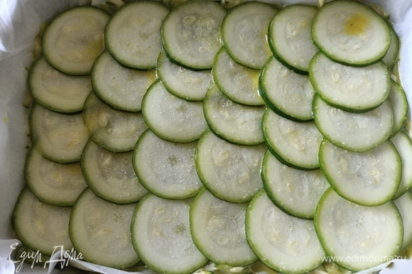 Оставшийся цукини очень тонко нарезаем и выкладываем поверх тертых. Солим. Отправляем в разогретую до 180°C духовку на 20 минут.